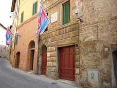 パンテーラの旗がはためくバスティアニーニの生家とその街並