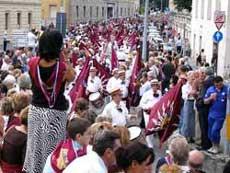 象のコントラーダの凱旋パレードの様子と聖母が描かれた勝利の旗